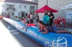 Niños viendo un partido de baloncesto en la plaza de Santa Teresa en Béjar