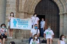 Manifestantes en la puerta de la iglesia de El Salvador