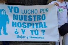 Manifestantes con pancarta Yo Lucho por Nuestro Hospital ¿Y tú?