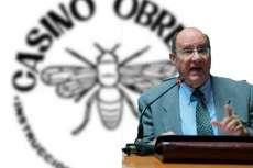 Marcos Casquero sobre un a imagen con el logotipo del Casino Obrero de Béjar