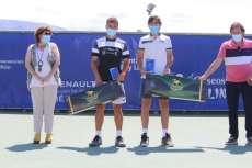 2 chicos tenistas con premios junto a un hombre y una mujer
