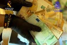 Dinero en manos de una persona