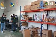 Varios agentes en una de las zonas de almacenaje