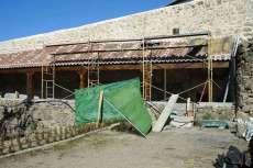 Construcción de porche con estructura de madera recubierto de teja