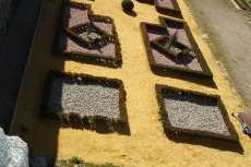 Huerta de los Bojes, pavimento de grava de diversos colores bordeados de boj