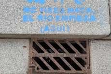 Alcantarilla pintada con el mensaje El Río empieza aquí