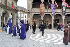 Mujeres con mantilla acompañando a La Dolorosa