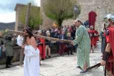 Jesús cargando con la cruz antes de la crucifixión