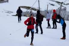 Un corredor por la nieve, animado por varias personas