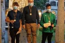 Pódium con tres ganadores