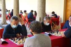 claustro con jugadores de ajedrez disputando partidas