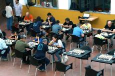 Vista de las mesas de ajedre con los participantes en el Torneo