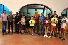 Foto de familia de los ganadores del torneo junto al concejal Raúl Hernández