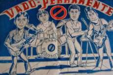 Cartel con caricaturas de los miembros del grupo Vado Permanente