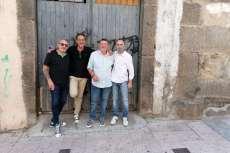 Componentes del grupo Vado Permanente frente al antiguo local de ensayo
