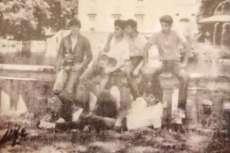 Componentes del grupo Vado Permanente frente al estanque de El Bosque hace 30 años