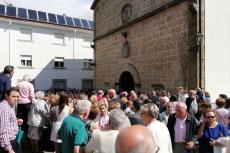 Ciudadanos esperando a la puerta del santuario de la Virgen del Castañar