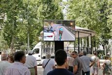 Aficionados siguiendo La Vuelta desde el parque municipal de Béjar