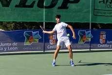 Jugador de tenis golpeando la pelota en un partido