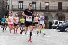 Corredores de la XXX media maratón a su paso por la Plaza Mayor