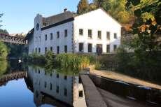 Edificio del museo textil junto al río