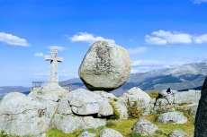 Paisaje varias piedras y mirador con cruz grande sobre piedra